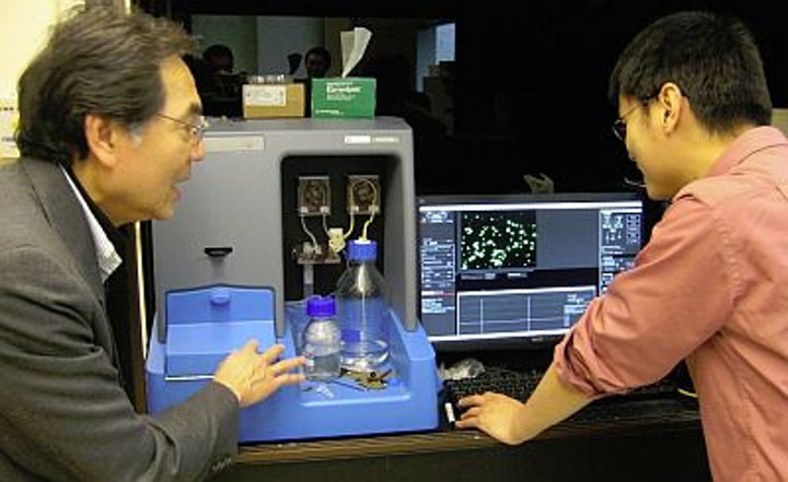 Professor Tuan Vo-Dinh discusses results from his NanoSight NS500 with Dr. Hsiangkuo Yuan from his research group